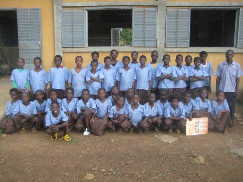 7_alumnos_con_uniformes_delante_de_la_escuela.jpg
